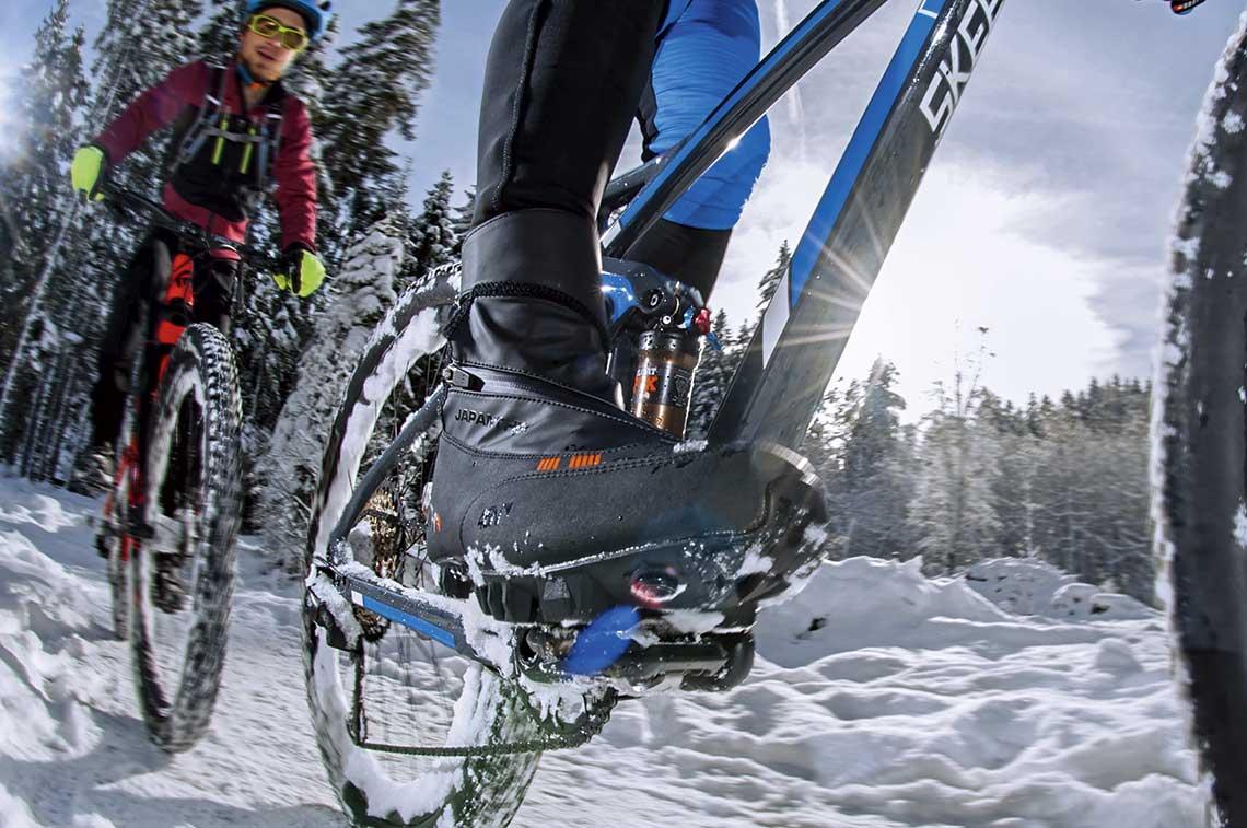 Zimowe buty rowerowe – sposób na zimne stopy