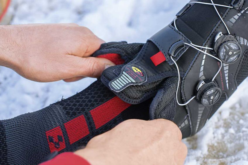 Zimowe buty rowerowe. zakładanie butów na grube skarpety