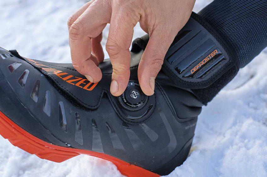 Zimowe buty rowerowe. Zapięcie