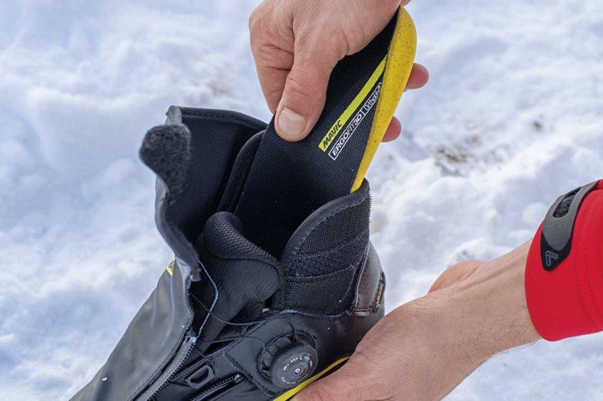 Zimowe buty rowerowe. Sprawdzanie wkładek