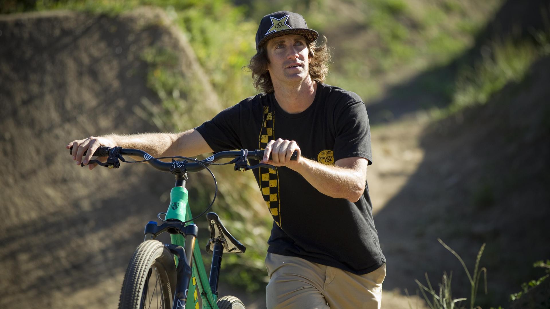 Cam McCaul z instrumentem muzycznym w miejsce roweru…